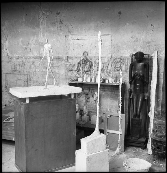 [Oeuvres d'Alberto Giacometti dans son atelier]