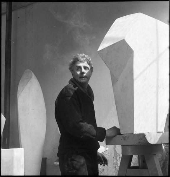 [Portrait d'Emile Gilioli dans son atelier au milieu de ses oeuvres]