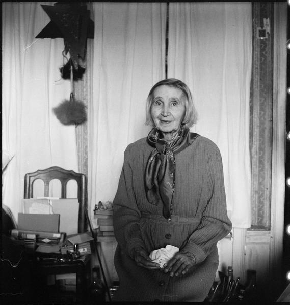 [Portrait de Natalia Gontcharova assise dans son atelier]