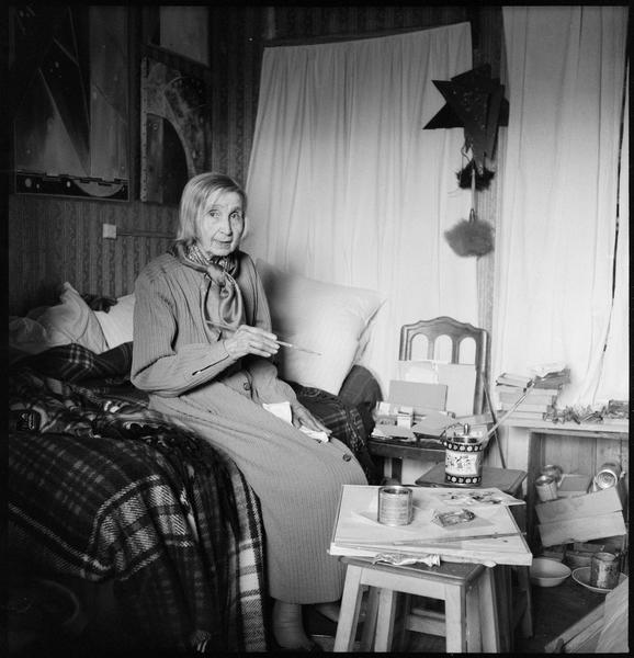 [Portrait de Natalia Gontcharova peignant assise dans son atelier]