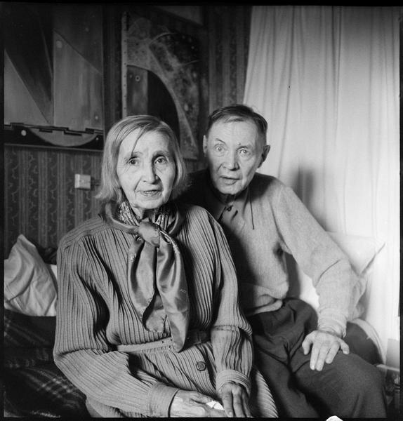 [Portrait de Natalia Gontcharova et son mari Michel Larionov assis dans l'atelier]