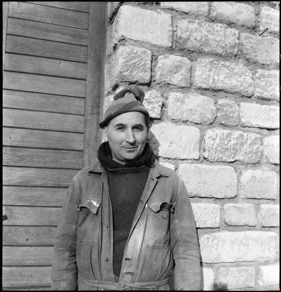 [Portrait d'Etienne Hajdu devant l'entrée de son atelier]