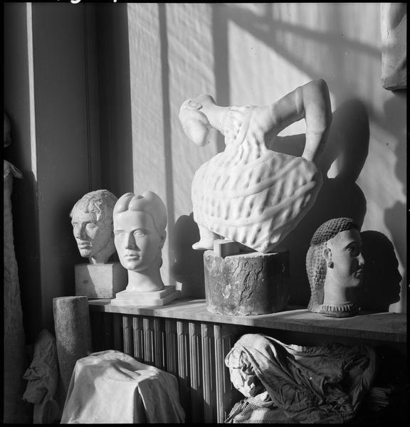 [Sculptures dans l'atelier d'Etienne Hajdu]