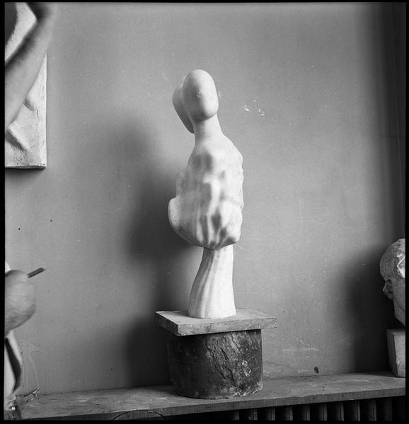 [Sculpture dans l'atelier d'Etienne Hajdu]