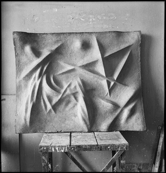 [Bas-relief dans l'atelier d'Etienne Hajdu]