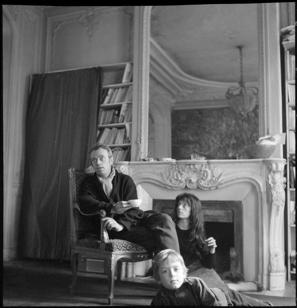 [Portrait de Simon Hantaï, sa femme Zsuzsa, et leur fils devant la cheminée]