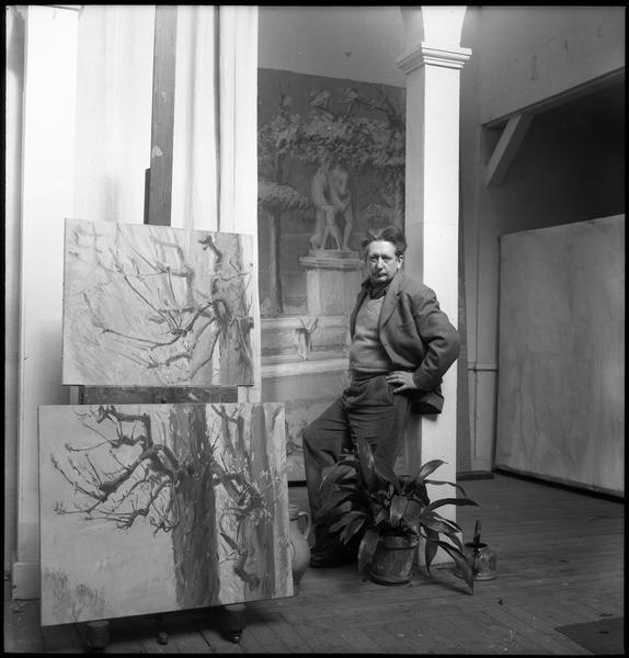[Portrait de Jean Hélion dans son atelier au milieu de ses oeuvres]