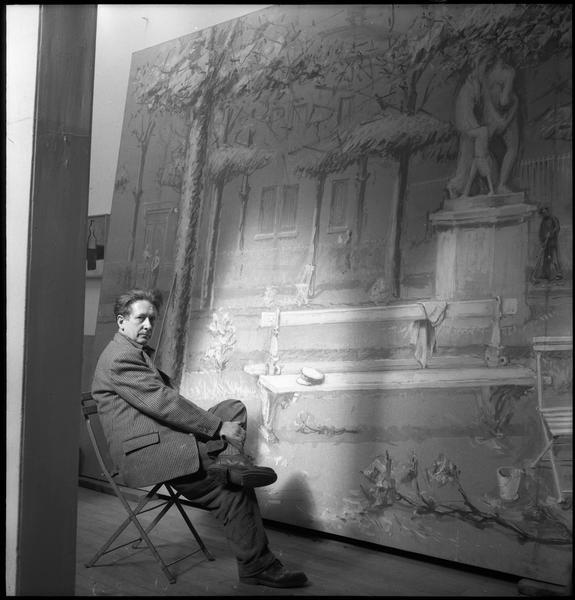 [Portrait de Jean Hélion assis dans son atelier devant 'Grand Luxembourg' (gouache marouflée)]