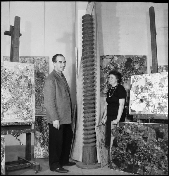 [Portrait d'Alexandre Istrati et Natalia Dumitresco dans leur atelier à côté de leurs oeuvres et de la 'Vis sans fin de pressoir' offerte par Constantin Brancusi]