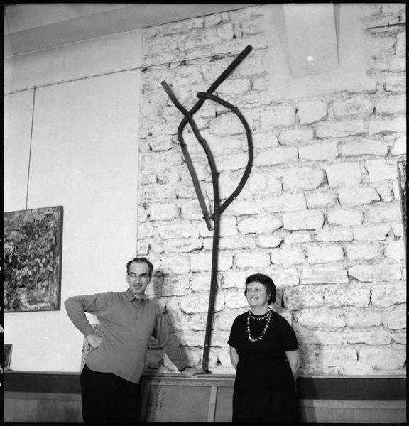 [Portrait d'Alexandre Istrati et Natalia Dumitresco dans leur atelier à côté du 'Signal' offert par Constantin Brancusi]