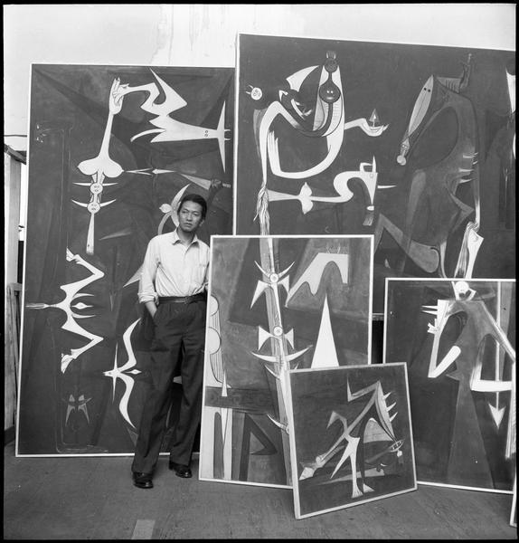 [Portrait de Wifredo Lam dans son atelier au milieu de ses oeuvres]