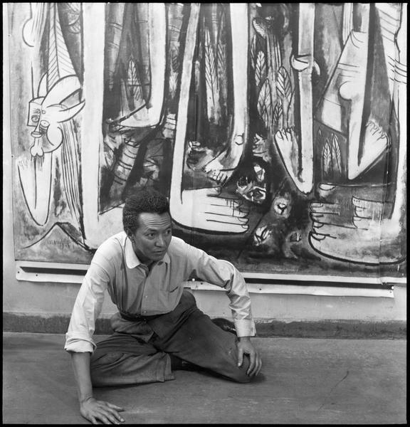[Portrait de Wifredo Lam assis dans son atelier devant 'La jungle']