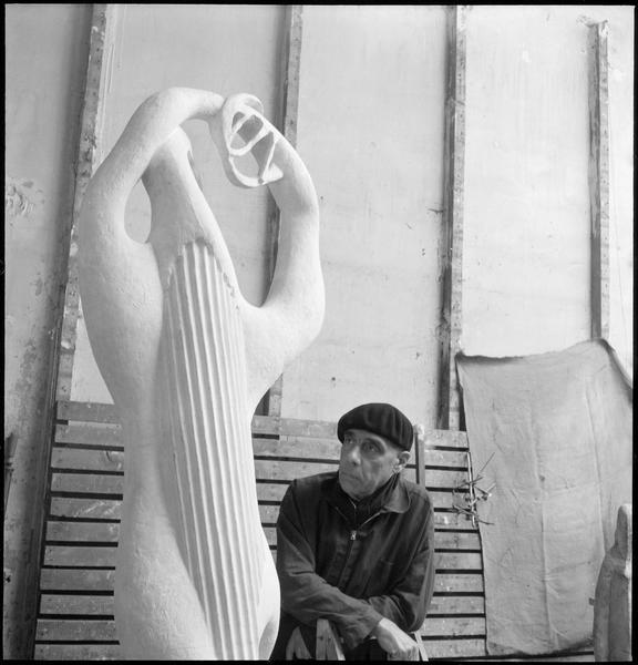 [Portrait de Henri Laurens dans son atelier à côté de 'Amphion']