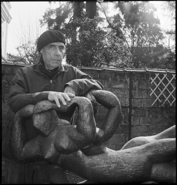 [Portrait de Henri Laurens dans son jardin à côté de 'Ondines']