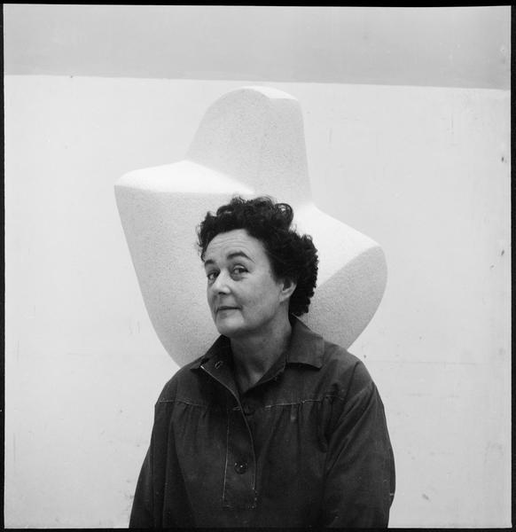 [Portrait de Guitou Knoop dans son atelier devant une sculpture]