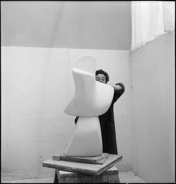 [Portrait de Guitou Knoop dans son atelier derrière une sculpture]