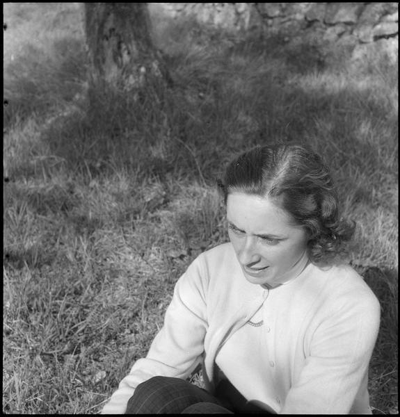 [Portrait de Malou Kerdavid assise dans le jardin]