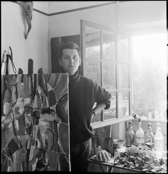 [Portrait de Ladislas Kijno dans son atelier à côté d'une peinture sur chevalet]