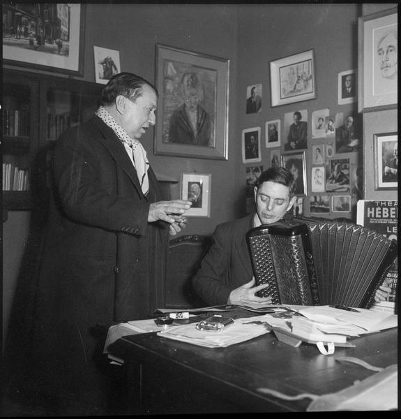 [Portrait de Francis Carco regardant V. Marceau (Marceau Verschueren) à l'accordéon]