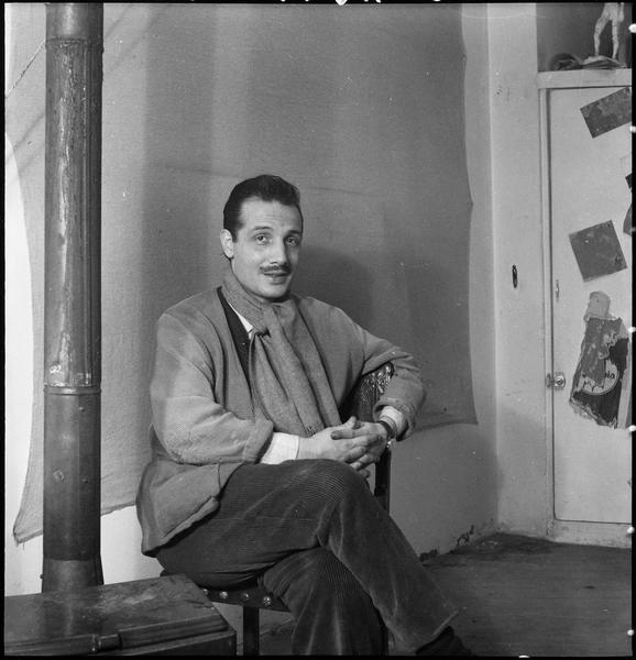 [Portrait de Constantin Macris assis dans son atelier]