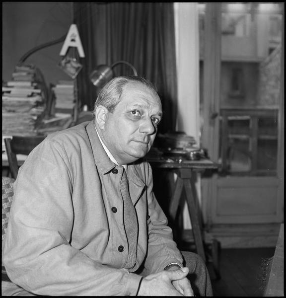 [Portrait d'Alberto Magnelli assis  dans son atelier]