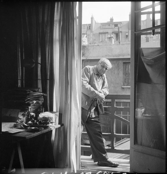 [Portrait d'Alberto Magnelli sur le balcon de son atelier]