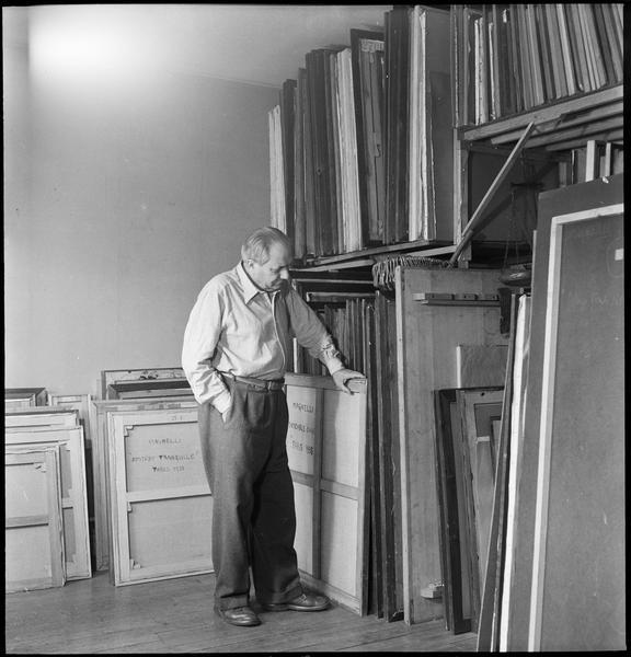 [Portrait d'Alberto Magnelli devant son stock de peintures]