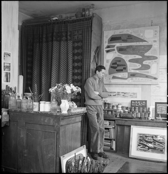 [Portrait d'Alfred Manessier dans son atelier à côté de ses oeuvres]