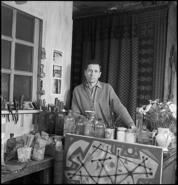 [Portrait d'Alfred Manessier dans son atelier]