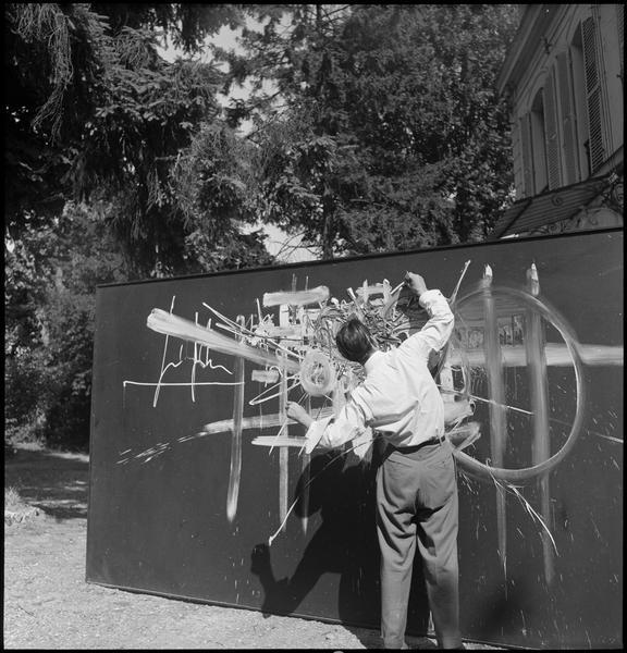 [Portrait de Georges Mathieu peignant dans un jardin]