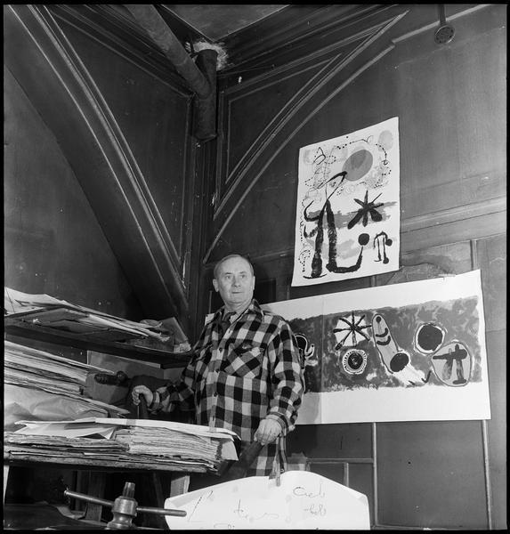 [Portrait de Joan Miró assis dans son atelier entouré de ses lithographies]