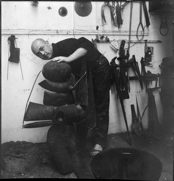 [Portrait de Robert Müller dans son atelier à côté de 'Larkspur']