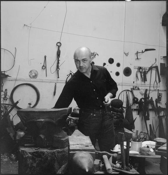 [Portrait de Robert Müller dans son atelier à côté d'une oeuvre]