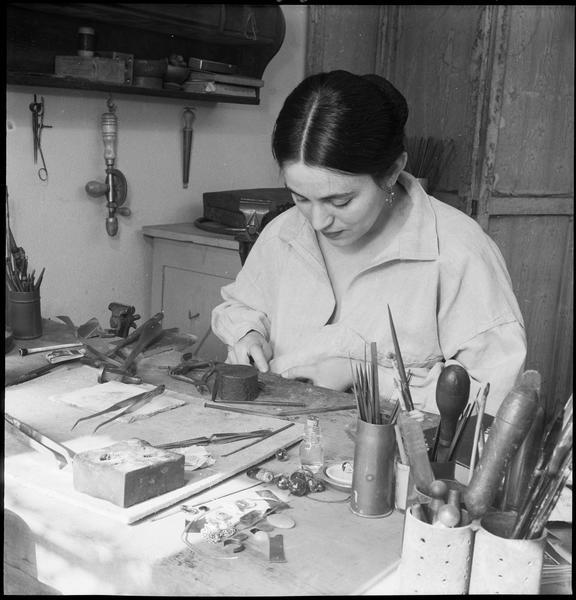 [Portrait de Miriam Müller travaillant assise à la table de son atelier]