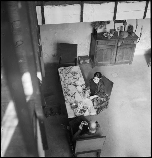 [Portrait en plongée de Miriam et Robert Müller assis dans leur salon]