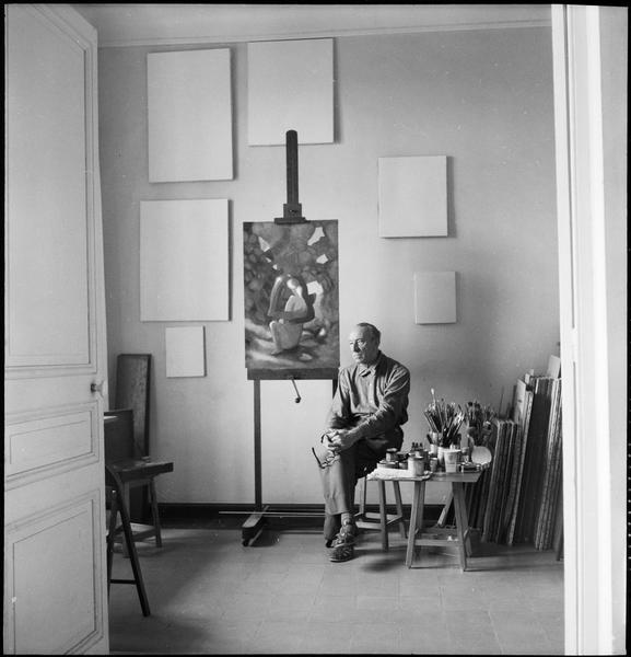 [Portrait d'Amédée Ozenfant assis dans son atelier à côté de 'Adam et Eve']