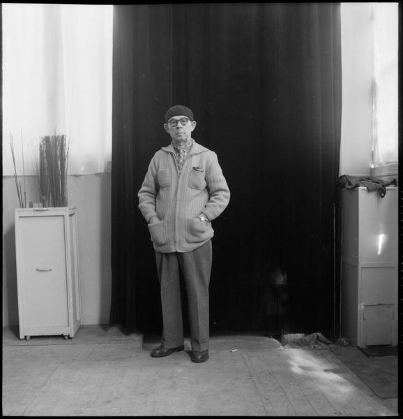 [Portrait d'Antoine Pevsner dans son atelier]