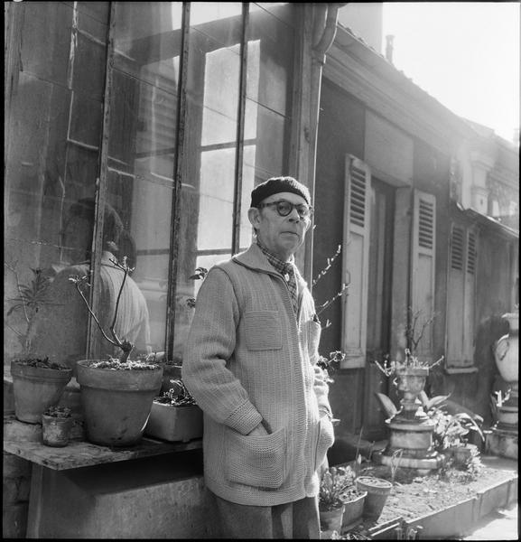 [Portrait d'Antoine Pevsner devant la véranda de son atelier]