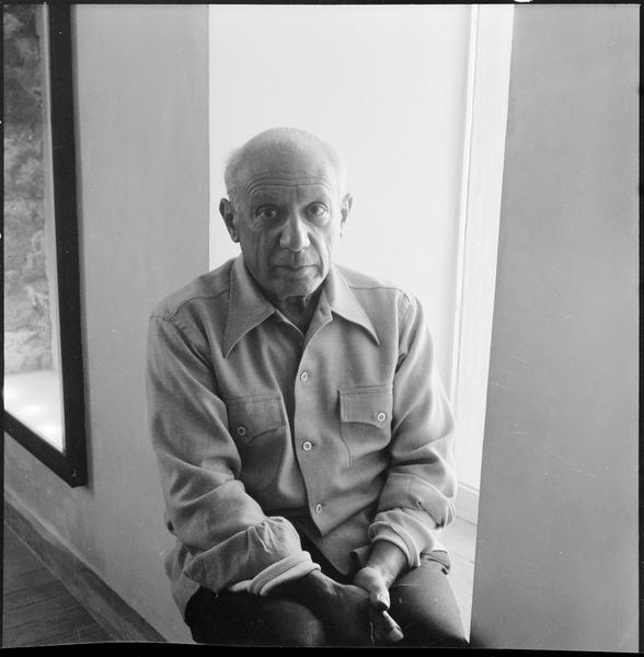 [Portrait de Pablo Picasso assis sur le rebord d'une fenêtre]