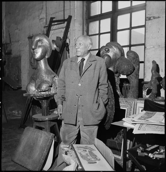 [Portrait de Pablo Picasso dans son l'atelier au milieu de ses oeuvres]