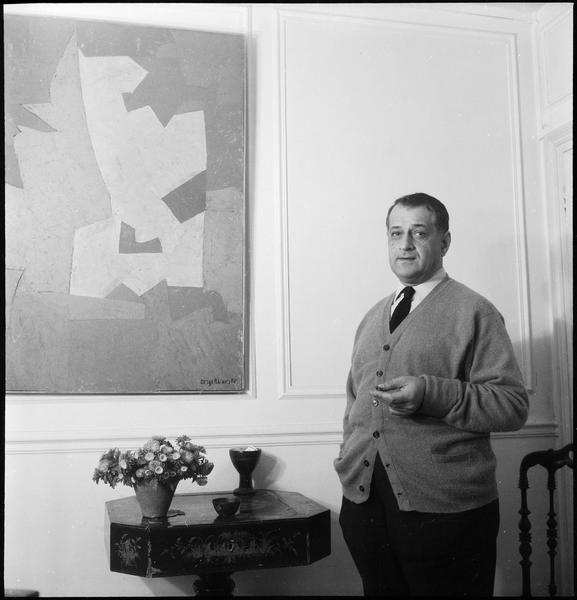 [Portrait de Serge Poliakoff dans son atelier à côté de 'Composition orange et cyclame']