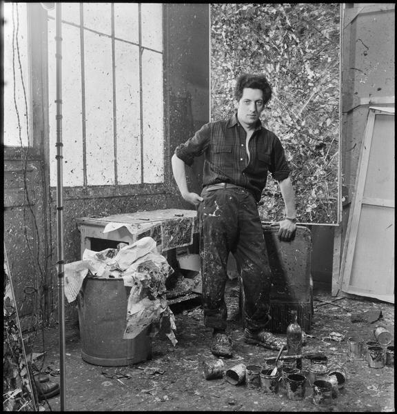 [Portrait de Jean-Paul Riopelle dans son atelier devant une oeuvre]