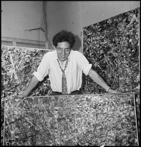 [Portrait de Jean-Paul Riopelle dans son atelier au milieu de ses oeuvres]