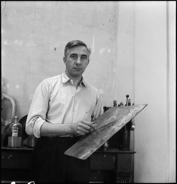 [Portrait de Gustave Singier dans son atelier tenant une palette et un couteau]