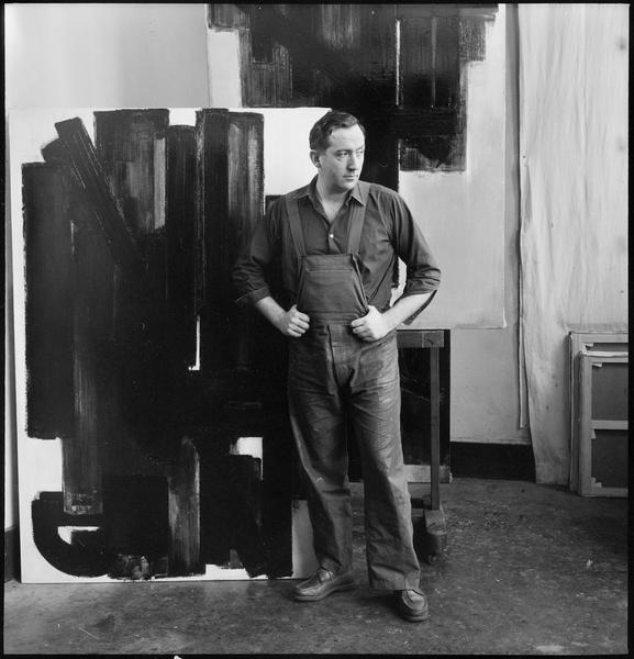 [Portrait de Pierre Soulages dans son atelier au milieu de ses oeuvres]
