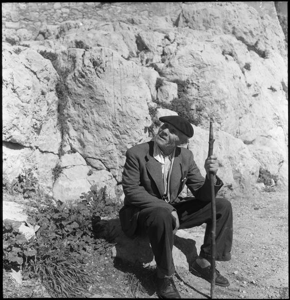 [Portrait d'un homme assis sur un rocher]