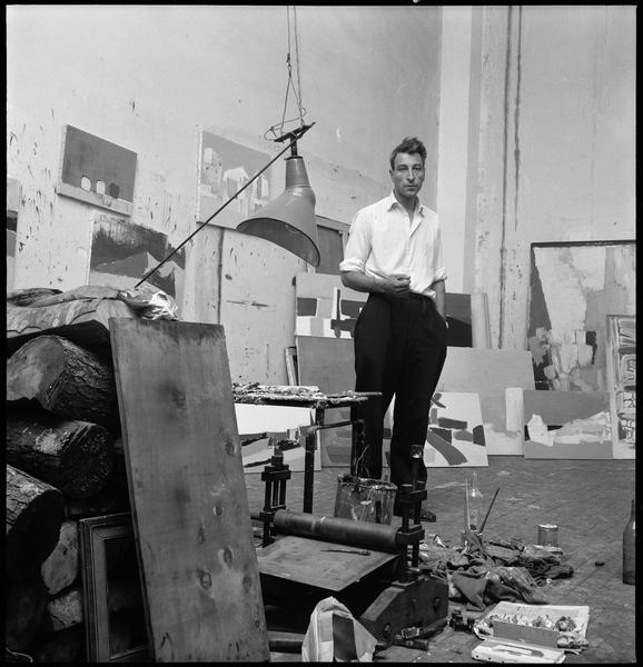 [Portrait de Nicolas de Staël dans son atelier au milieu de ses oeuvres]