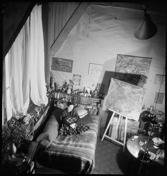 [Portrait en plongée de Maria Elena Vieira da Silva assise sur un canapé dans son atelier]