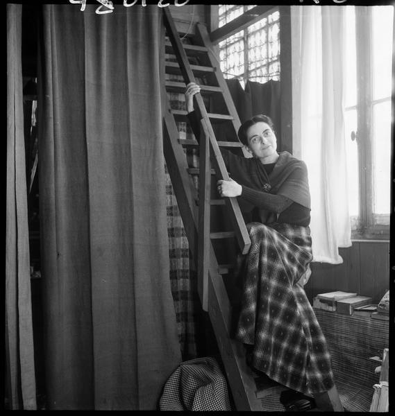 [Portrait de Maria Elena Vieira da Silva dans son atelier sur les marches de l'escalier]