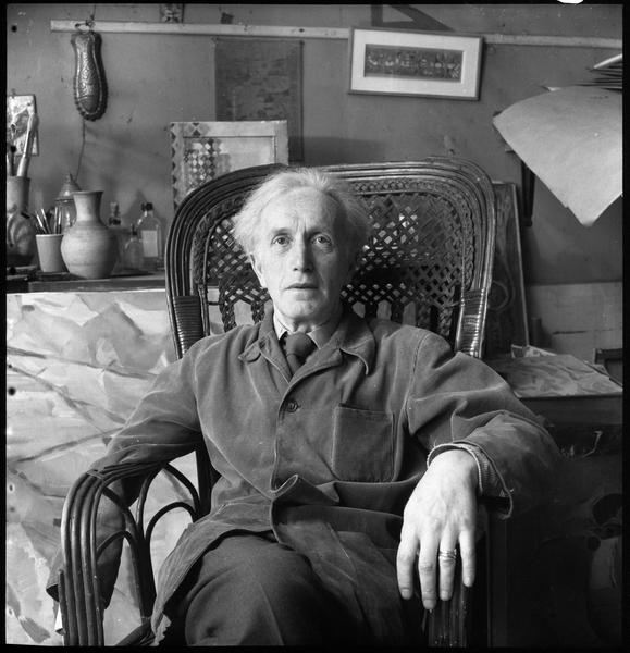 [Portrait d'Arpad Szenes assis dans l'atelier de sa femme Maria Elena Vieira da Silva]